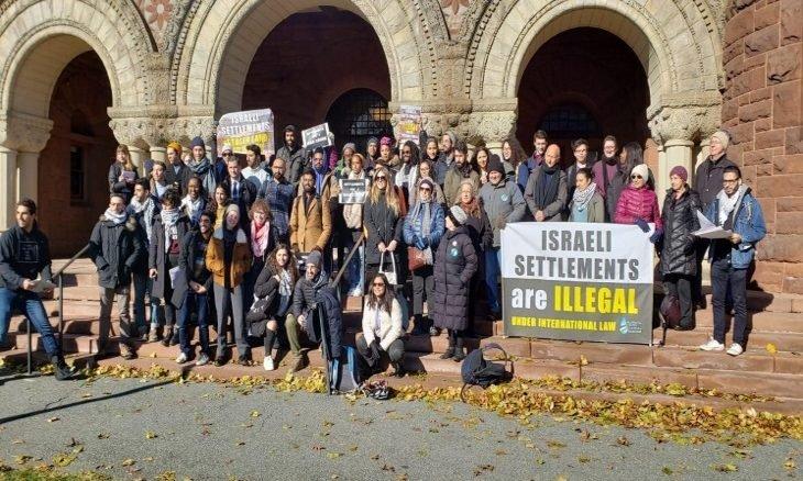 طلاب جامعة هارفارد يغادرون القاعة لدى بدء القنصل الإسرائيلي كلمته