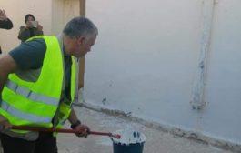 الملك عبدالله الثاني يفاجئ مجموعة من المتطوعين ويشاركهم في أعمال الصيانة لمدرسة في محافظة الزرقاء