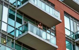 مغنية الأوبرا ومقدمة برامج CBC جولي نصرالله تقدم حفلة موسيقية من شرفة شقتها في تورونتو