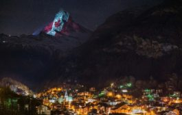 اضاءة اعلى قمة جبل في سويسرا بألوان العلم الكندي