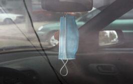 غرامة لمن يعلّق الكمامة على مرأة السيارة الامامية