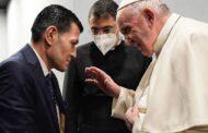 البابا يلتقي بوالد الطفل السوري إيلان كردي الذي توفي غرقاً أُثناء محاولة عائلته الهرب إلى أوروبا
