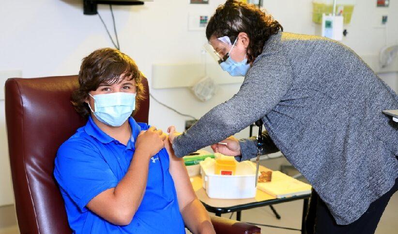 عيادة خاصة تساعد المراهقين المصابين بالحساسية في الحصول على لقاح كوفيد-19
