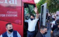 متظاهرون غاضبون يرمون الحصى على رئيس الوزراء جوستين ترودو